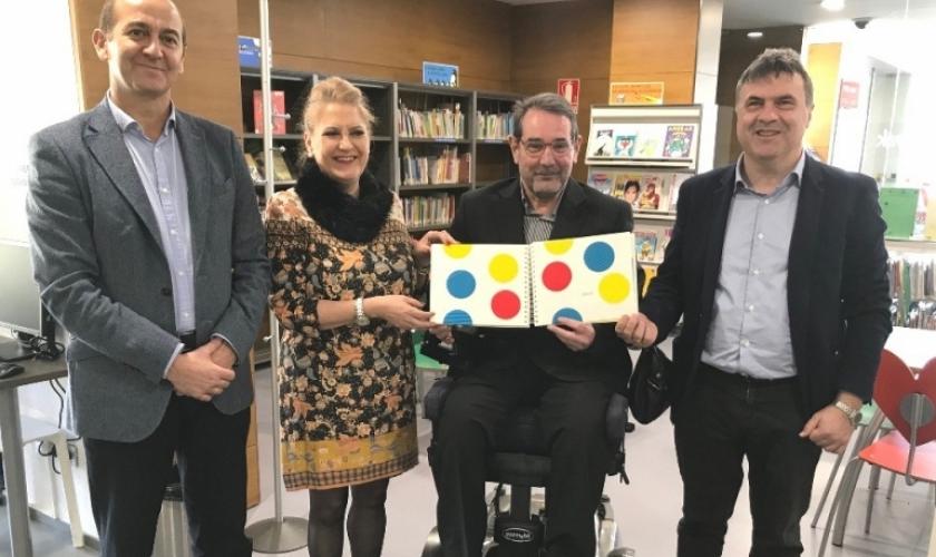 """La ONCE Navarra dona el libro titulado """"Un libro"""" en versión braille a la biblioteca de Fundación Caja Navarra"""