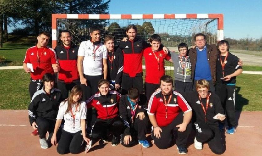 Visita de dos jugadores de Osasuna a la escuela de fútbol de Isterria